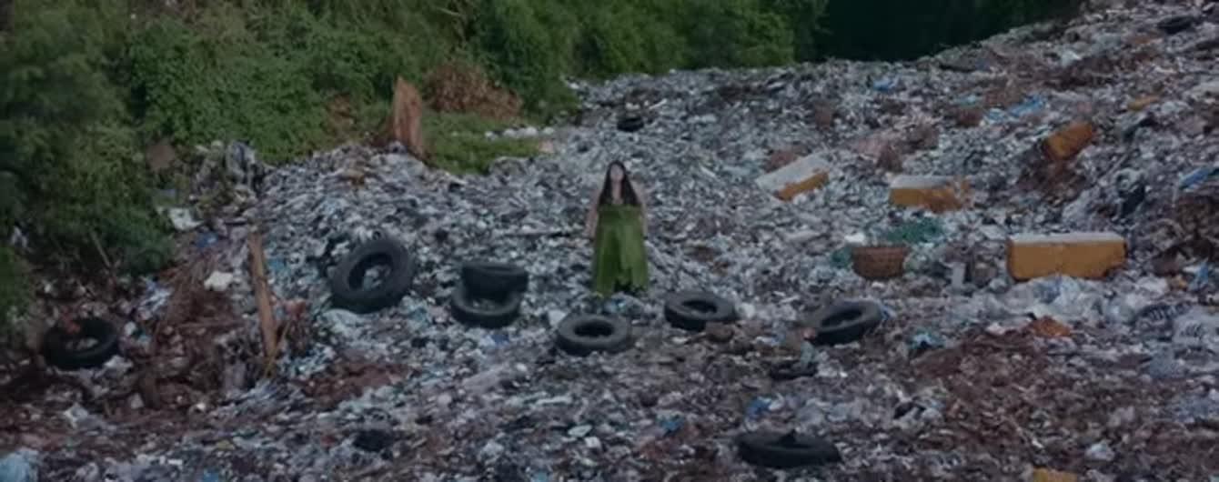 alyona alyona у сукні з листя зачитала про соціальні проблеми посеред тонни сміття