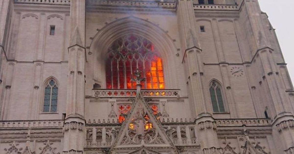 Во Франции в городе Нант загорелся собор святых Петра и Павла ...