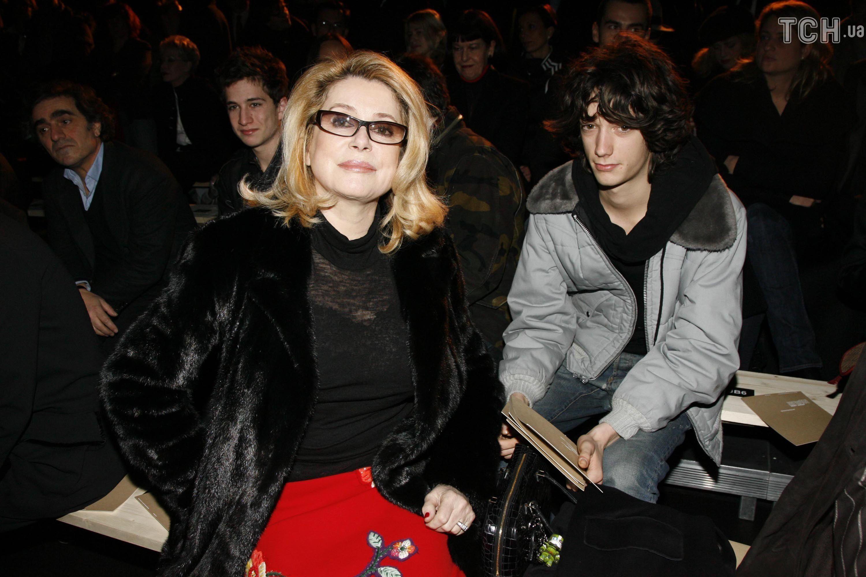 Катрін Деньов з онуком_1