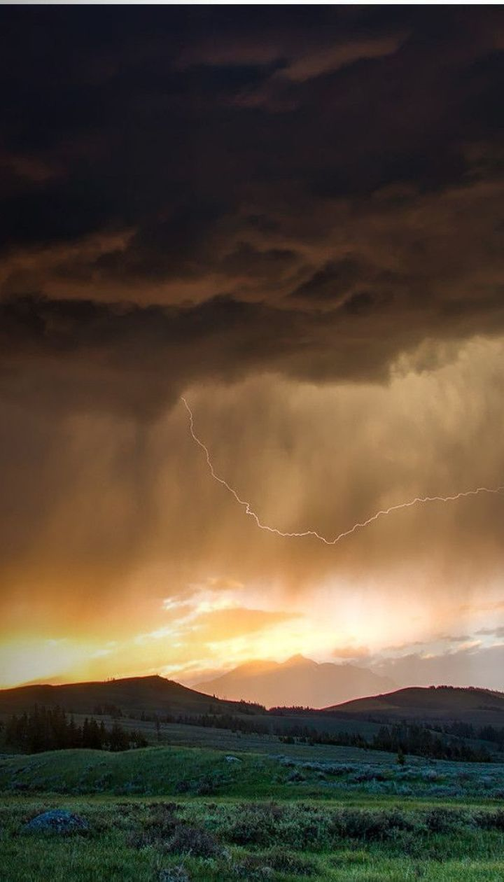 Погода в Украине: пока на юге разгуливают торнадо, запад продолжает заливать