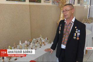 Украинец стал автором первой в мире коллекции экспонатов из яичной скорлупы, украшенных металлом