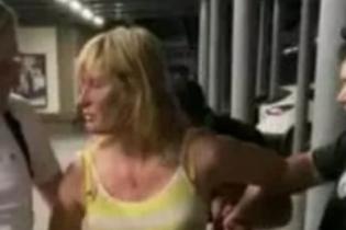 В Киеве пьяная женщина устроила ДТП на парковке с дракой и раздеванием перед полицией