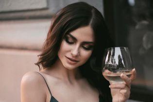"""В платье-комбинации и с бокалом: участница шоу """"Холостяк"""" продемонстрировала сексуальный образ"""