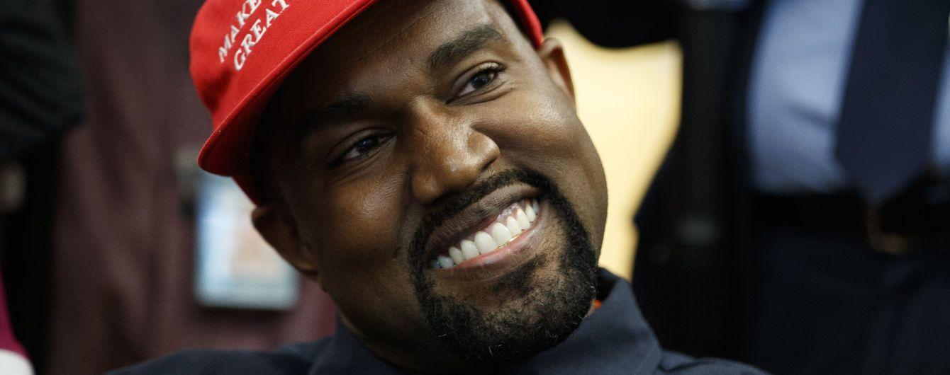 """Каньє Вест показав, як помочився на золоту статуетку """"Греммі"""""""