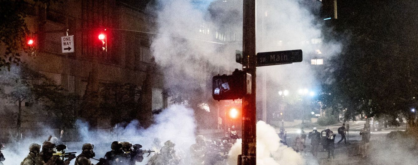 Силовики, светошумовые гранаты и реакция Трампа: что происходит в Портленде