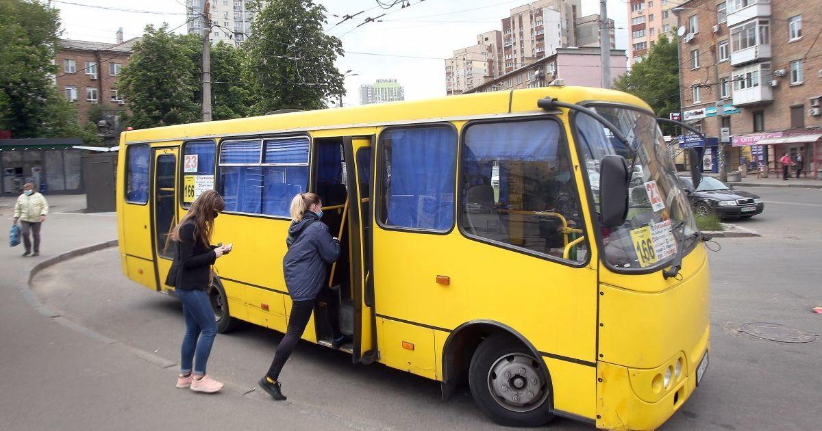 Поїздка з адреналіном: у Луцьку курсує маршрутка із пробитим дном (відео)