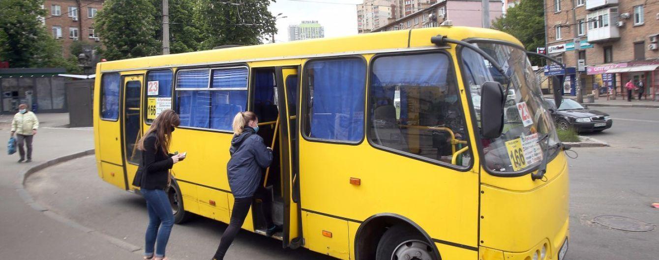 В Киеве двое парней угнали маршрутку, пока водитель отошел