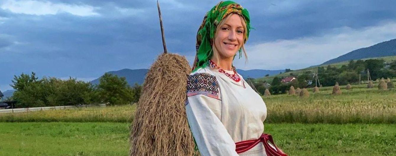 Уехала в Карпаты: Леся Никитюк в национальном костюме бойков позировала у стога сена