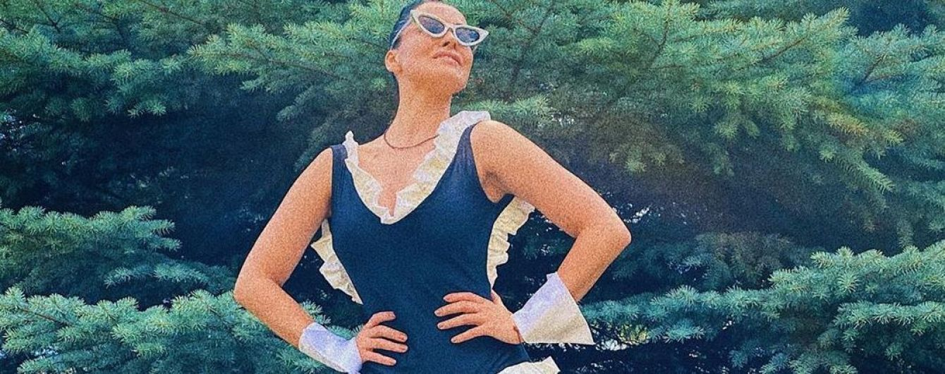 В купальнике и на каблуках: Даша Астафьева пикантно позировала на фоне елки