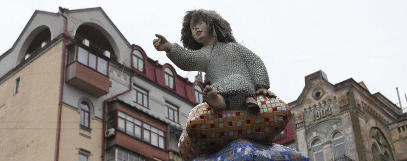На столичной Пейзажной аллее ребенок упал в люк: кто за это в ответе и что делать в таких случаях
