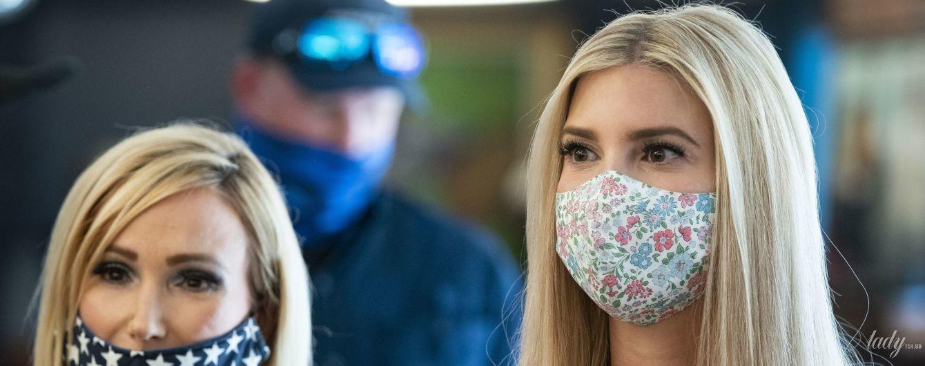 Без каблуков и в маске с принтом мильфлер: Иванка Трамп раздала нуждающимся коробки с продуктами