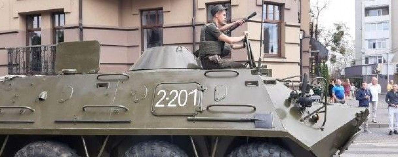 Взятие в заложники автобуса с людьми: в центр Города стянули силовиков и БТРы