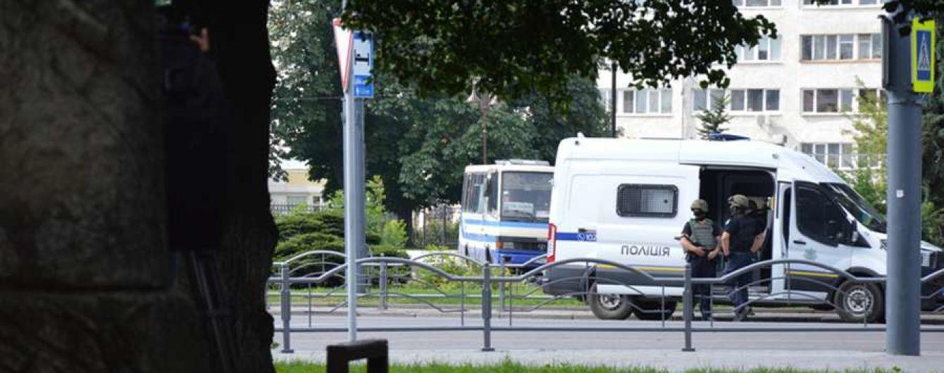 В Луцке взрывотехники обезвредили одну гранату, которую выбросил из захваченного автобуса террорист