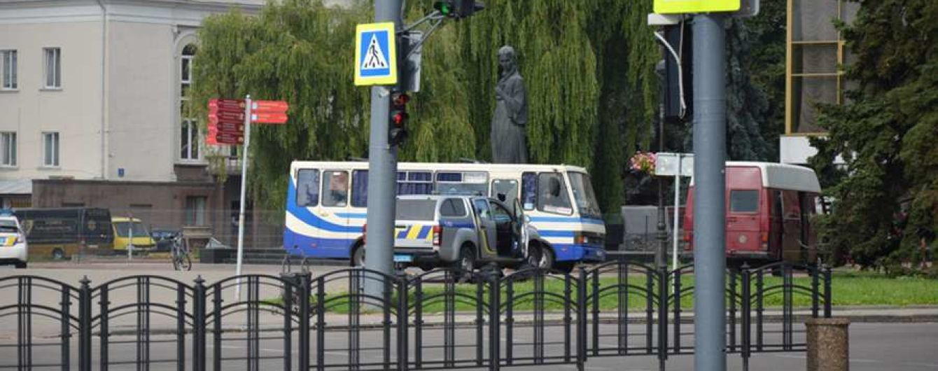 Захват автобуса в Луцке: правоохранители ищут родных заложников