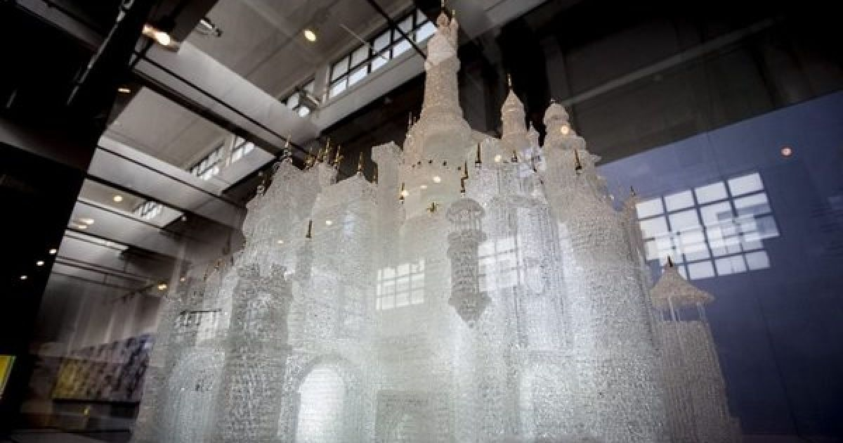 Через пустощі у музеї діти розбили найбільший в світі скляний замок вартістю 65 тисяч доларів