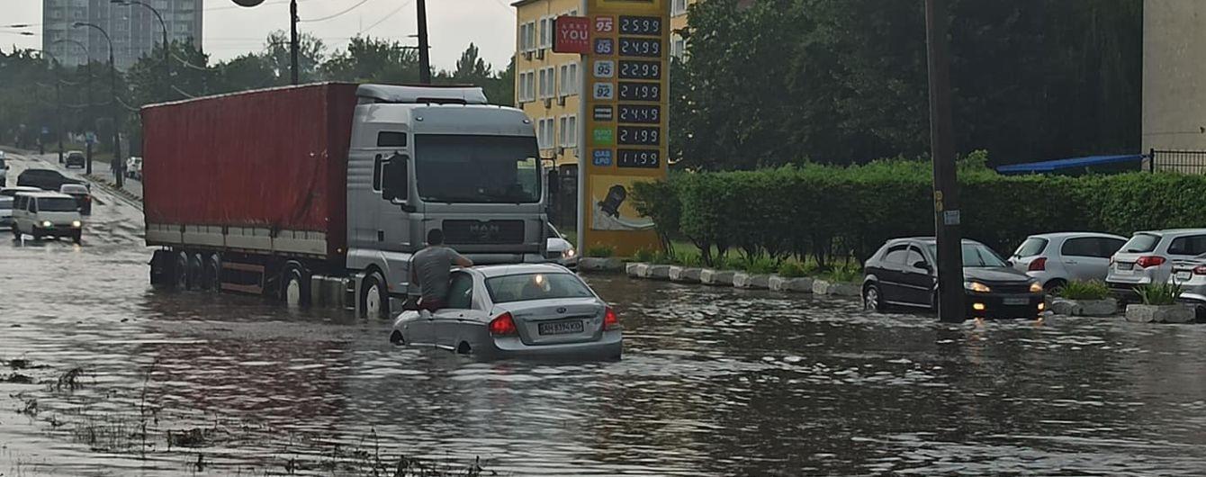Последствия непогоды в Киеве: на машины падали деревья, на дорогах образовались реки