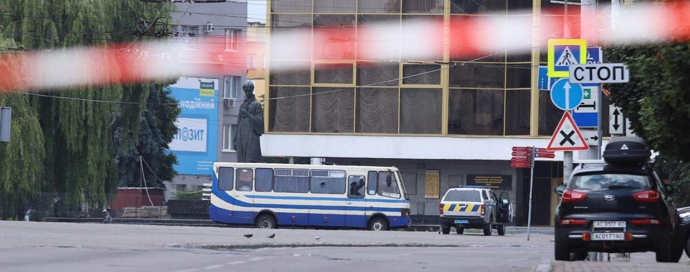 Террорист пустил к автобусу с заложниками в Луцке полицейского: передали воду
