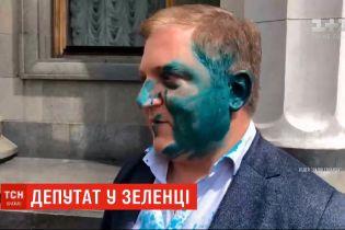 """Під Радою облили зеленкою депутата від """"ОПЗЖ"""" Волошина"""