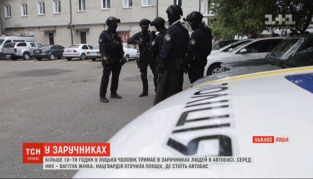 Нацгвардия окружила площадь, где стоит автобус с заложниками в Луцке