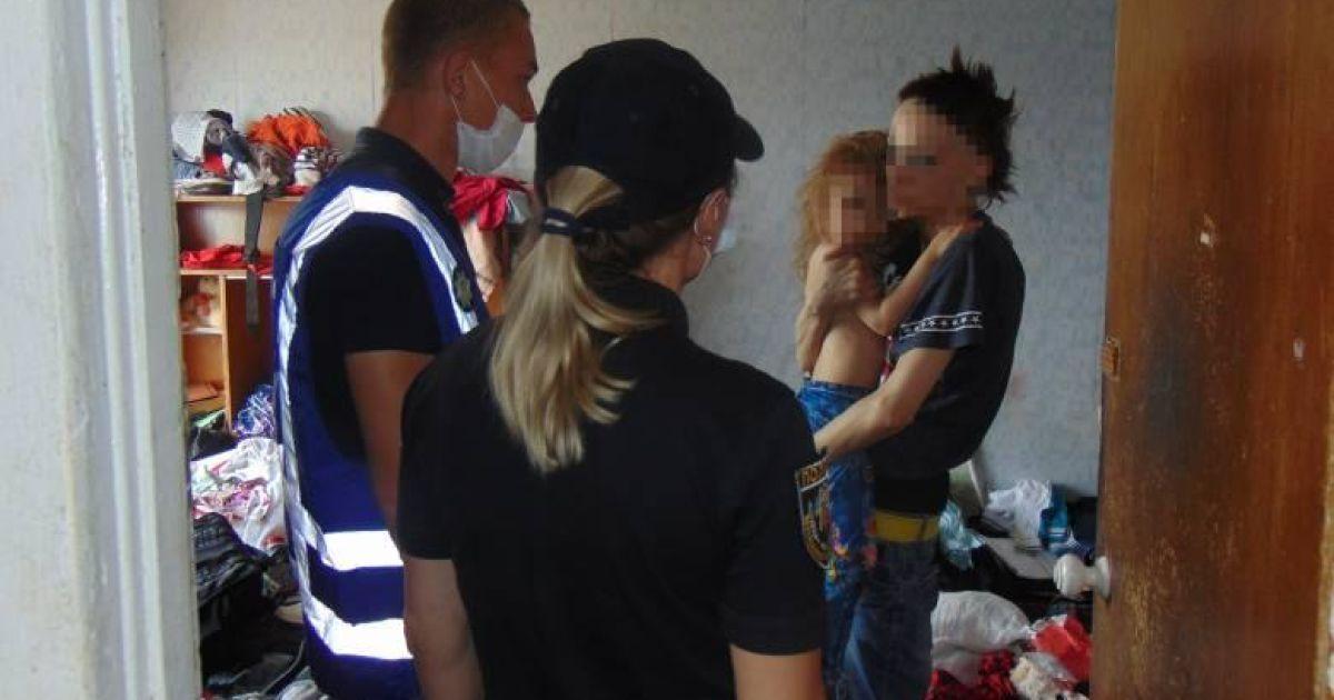 Грязь и антисанитария: полиция показала условия проживания детей в Киеве с горе-матерью