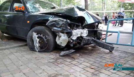Резонансная авария в Одессе: водитель снес двух человек на тротуаре