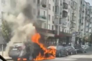 В центре Киева загорелись два автомобиля - BMW и Toyota: появилось видео