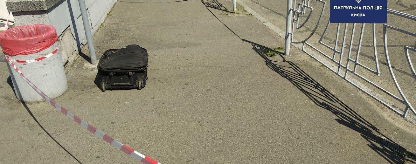 Снова чемодан: в Киеве на площади Космонавтов обнаружили подозрительный предмет