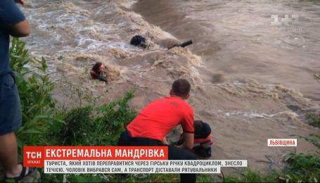 Во Львовской области во время переправы через горную реку туриста снесло течением