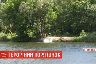 У Бердичеві двоє підлітків героїчно врятували рибалку, який впав у воду