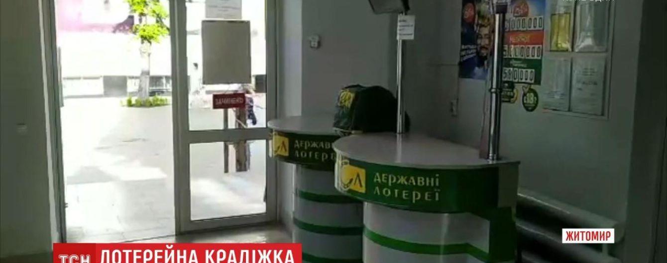 Двое жителей Житомира украли из магазина более тысячи лотерейных билетов.