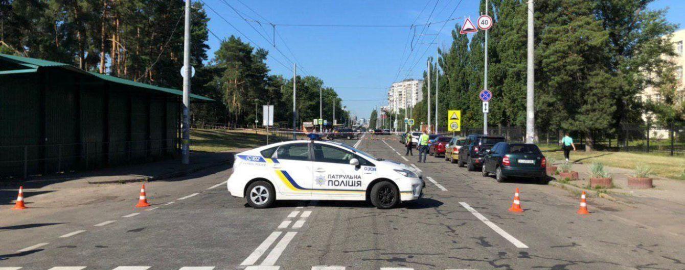 В Киеве обнаружили подозрительный пакет на улице: полиция выясняет, не взрывчатка ли это
