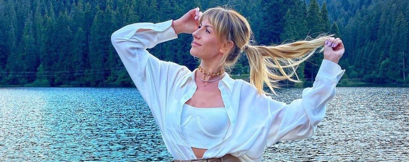 Леся путешествует: Никитюк в мини-шортах позировала на фоне озера Синевир