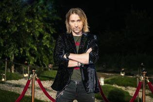 Релаксирует в гамаке с лимонадом в руке: Олег Винник показал, как отдыхает между репетициями