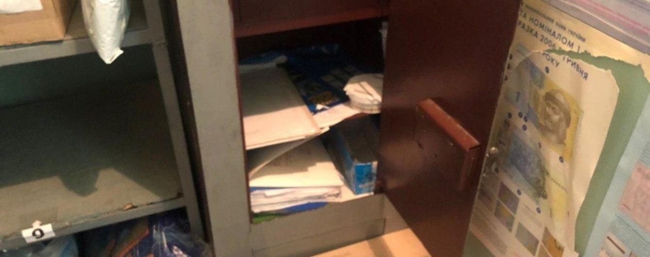 Пригрозил палкой и связал работниц: в Харькове мужчина в балаклаве ограбил отделение почты