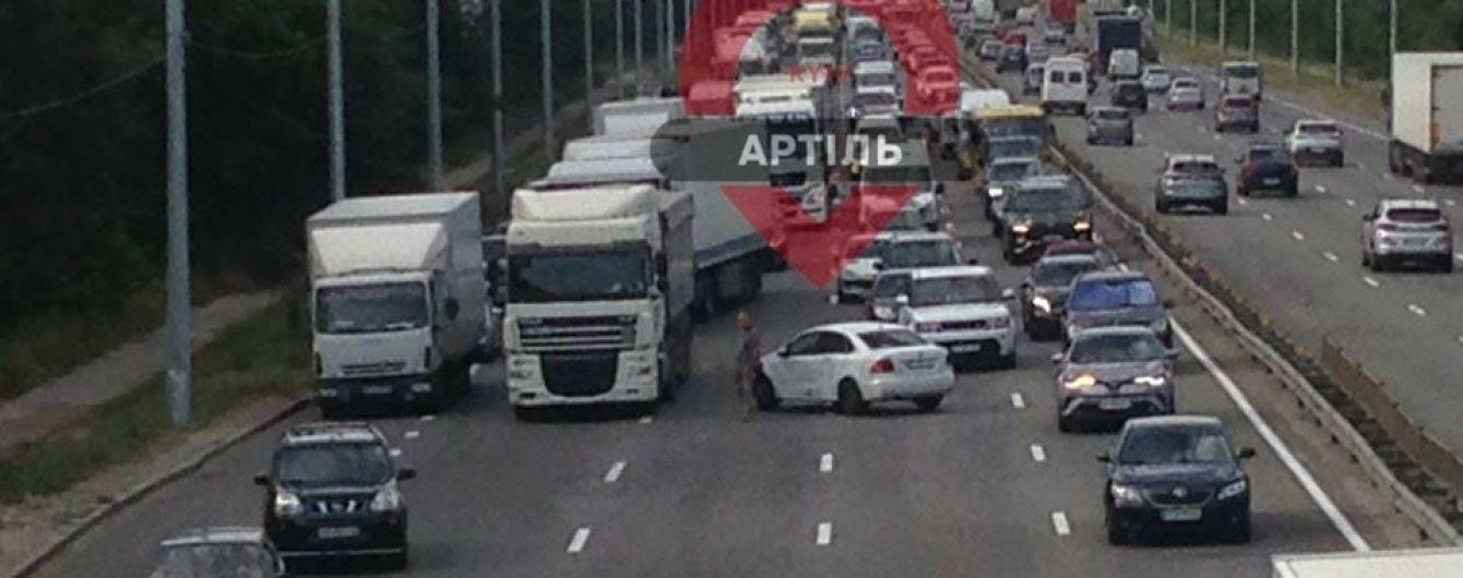 В Киеве на Столичном шоссе не разминулись грузовик и легковушка: движение транспорта парализовано