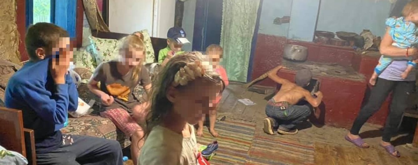 """""""Голодні та босі і працюють, як воли"""": у лісі під Чернівцями у злиднях живе 7 дітей"""