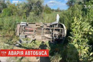 Поблизу Кам'янського перекинувся автобус: 15 людей потрапили до лікарні, а водій втік