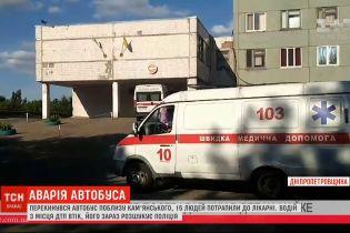 У Дніпропетровській області перекинувся автобус: 15 пасажирів потрапили до лікарні, а водія розшукують
