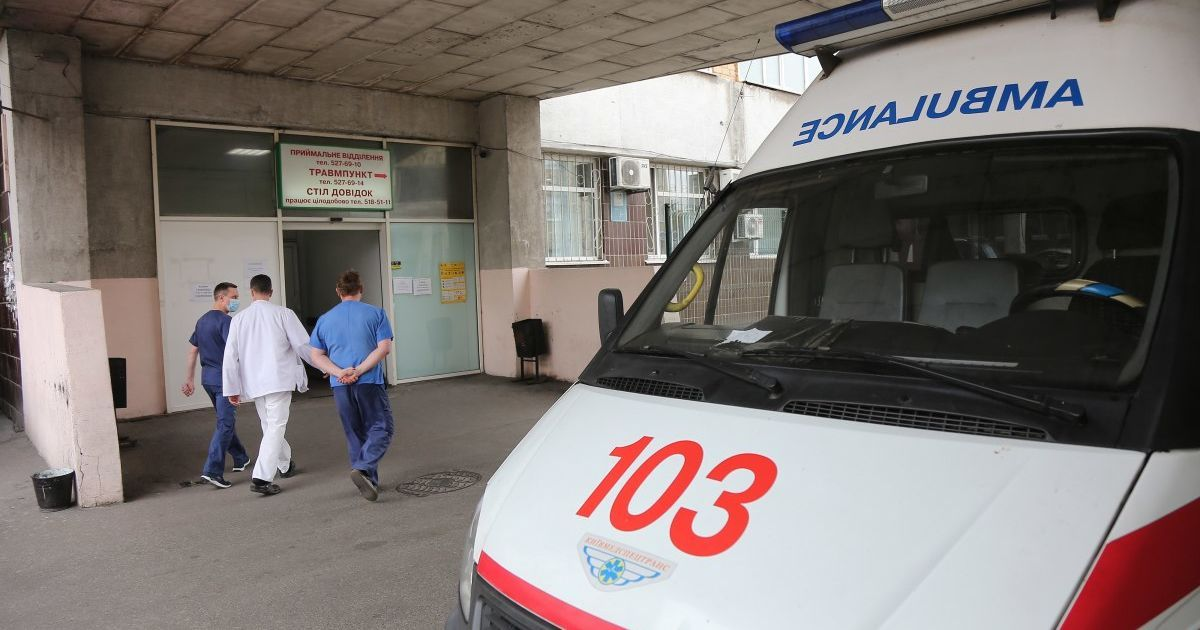 В Запорожье мужчина крушил стекла и пытался ворваться в машину скорой: пострадала медработница