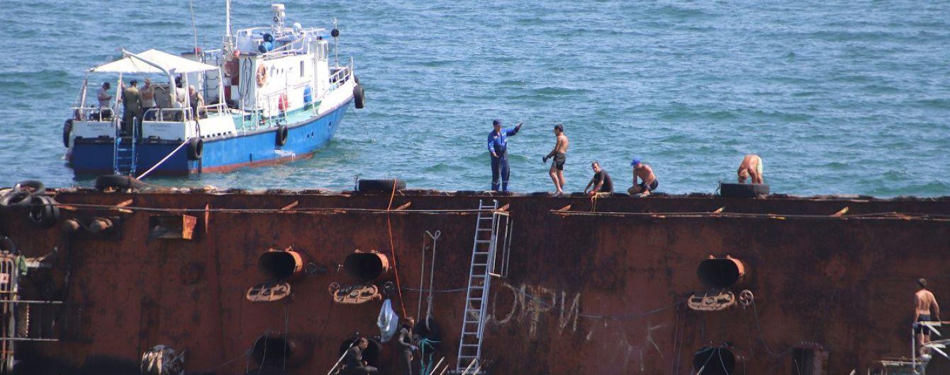 """Неудачная попытка и новая утечка нефтепродуктов: ситуацию с танкером """"Делфи"""" признано чрезвычайной"""