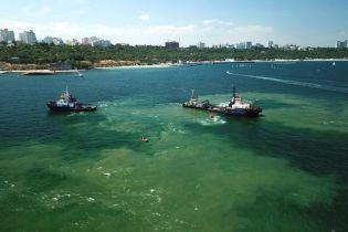 """В Одессе из танкера """"Делфи"""" вылилось топливо: огромное пятно направляется к пляжу"""