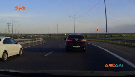 """В Архангельску водій """"Лансера"""" хотів провчити водія-черепаху, натомість розбив власне авто вщент"""