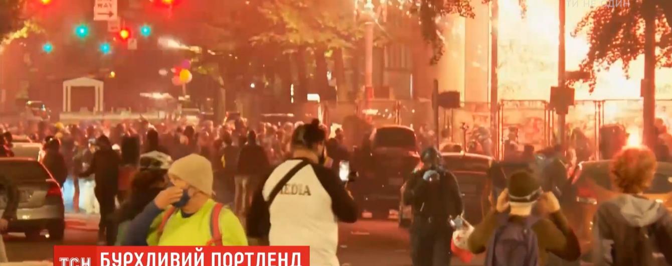 В Портленде не утихают столкновения между силовиками и протестующими - есть раненые