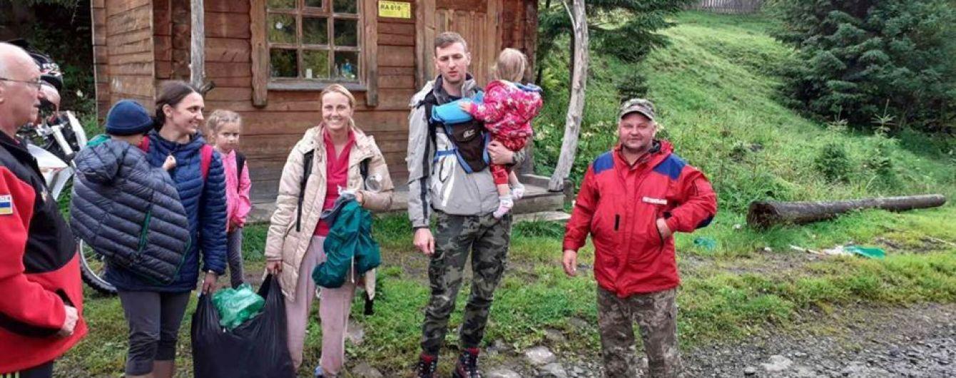 Спасатели спустили с горы в Карпатах туристов с детьми