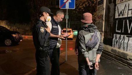 """Выписывали граффити на стене: Кличко во время вечерней прогулки Киевом поймал двух """"художников"""""""