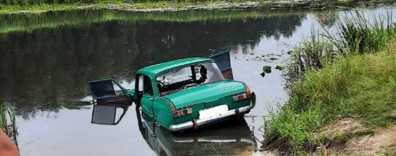 В Житомирской области в результате ДТП автомобиль съехал с дороги в реку и утонул вместе с водителем