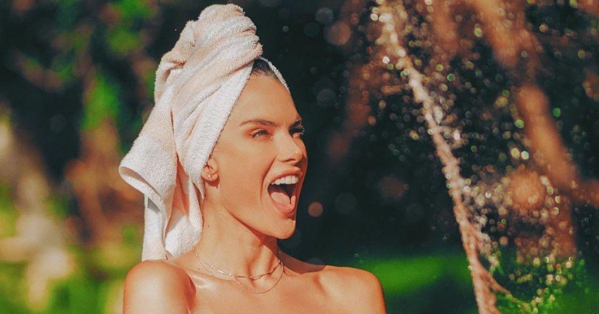 Топлес і з рушником на голові: Алессандра Амбросіо у провокаційному образі полила кущі
