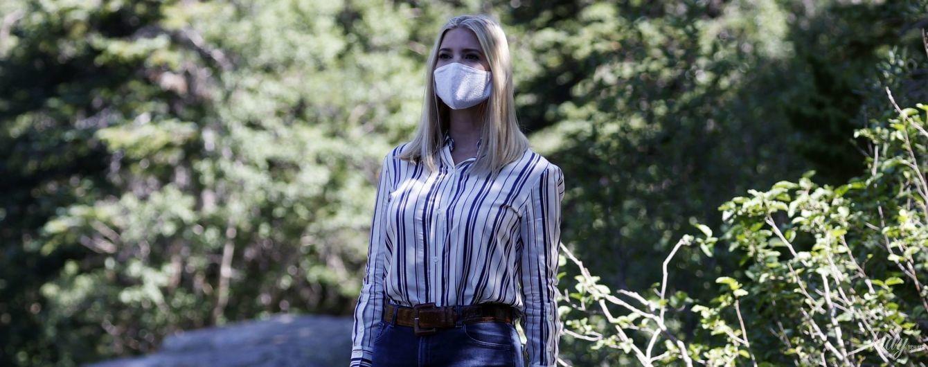 В полосатой рубашке и джинсах-скинни: Иванка Трамп в образе в стиле кантри прогулялась по Национальному парку