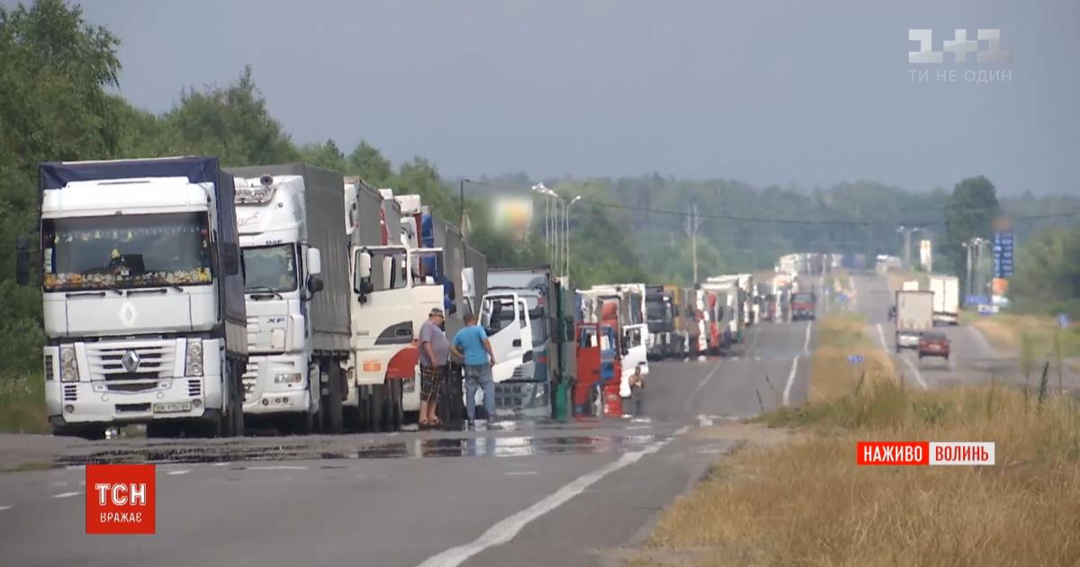 Чекають по три доби: на українсько-польському кордоні утворилася 10-кілометрова черга з фур