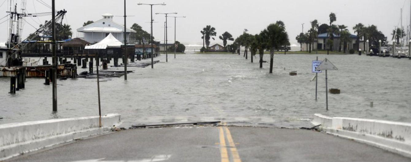 В Техасе объявили чрезвычайную ситуацию, когда ураган привел к наводнению и повалил часть стены с Мексикой